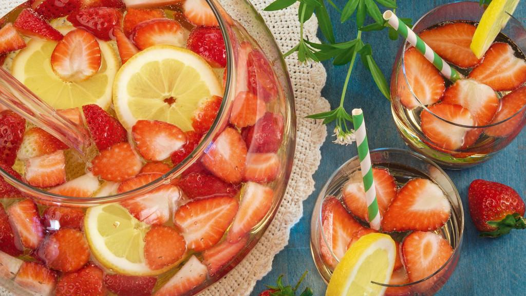 waldmeister bowle mit erdbeeren und zitrone rezept tegut